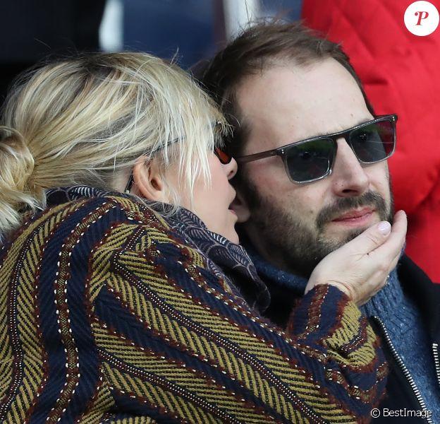 Flavie Flament et son chéri Vladimir - Célébrités dans les tribunes du parc des princes lors du match de football de ligue 1, Paris Saint-Germain (PSG) contre FC Nantes à Paris, France, le 18 novembre 2017. Le PSG a gagné 4-1.