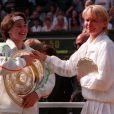 Jana Novotna faisant mine de voler le trophée de Wimbledon 1997 des mains de Martina Hingis après leur finale. La championne de tennis tchèque, qui prit sa revanche l'année suivante en remportant le tournoi londonien, est morte à 49 ans le 19 novembre 2017, des suites d'un cancer.