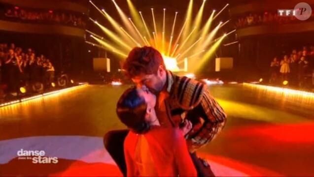 Agustin Galiana embrasse Candice Pascal dans Danse avec les stars le 18 novembre 2017 sur TF1