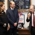 La duchesse Catherine de Cambridge (Kate Middleton), enceinte de 4 mois, et le prince William ont visité la fabrique de sifflets Acme Whistles à Birmingham le 22 novembre 2017. Attention aux oreilles.