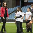 "Kate Catherine Middleton (enceinte), duchesse de Cambridge, en visite à ""We are Coach Core Programme"" à la ""Aston Villa football club"" à Birmingham. Le 22 novembre 2017  The Duchess of Cambridge meeting apprentices taking part in a project to nurture the next generation of sports coaches at Aston Villa football club's Villa Park ground in Birmingham.22/11/2017 - Birmingham"