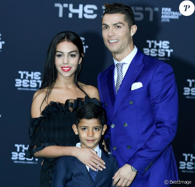 Cristiano Ronaldo , son fils Cristiano Jr et sa compagne Georgina Rodriguez au photocall des FIFA Football Awards à Zurich le 9 janvier 2017.