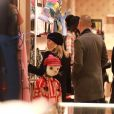 Reese Witherspoon, son mari Jim Toth et Ava Elizabeth Phillippe - R.Witherspoon fait du shopping à Paris avec sa fille Ava et son mari J.Toth à Paris le 22 novembre 2017.