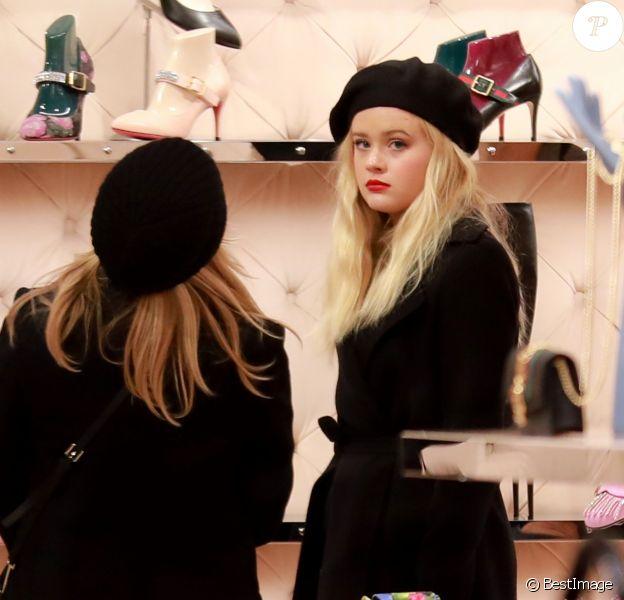 Reese Witherspoon et sa fille Ava Elizabeth Phillippe - R.Witherspoon fait du shopping à Paris avec sa fille Ava et son mari J.Toth à Paris le 22 novembre 2017.