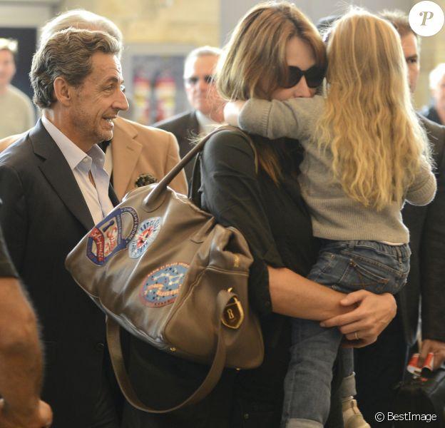 Nicolas Sarkozy, sa femme Carla Bruni-Sarkozy et leur fille Giulia Sarkozy quittent l'hôtel Four Seasons et arrivent à l'aéroport international Ezeiza à Buenos Aires en Argentine, le 30 août 2015.