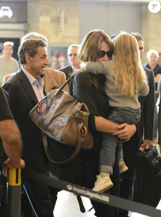 Nicolas Sarkozy, sa femme Carla Bruni-Sarkozy et leur fille Giulia Sarkozy quittent l'hôtel Four Seasons et arrivent à l'aéroport international Ezeiza à Buenos Aires en Argentine, le 30 août 2015.