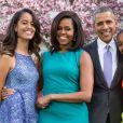 """""""Le président américain Barack Obama, sa femme Michelle Obama et leurs filles Malia et Sasha posent en famille avec leurs chiens Bo et Sunny dans le jardin Rose de la Maison Blanche le dimanche de Pâques, à Washington, le 5 avril 2015."""""""