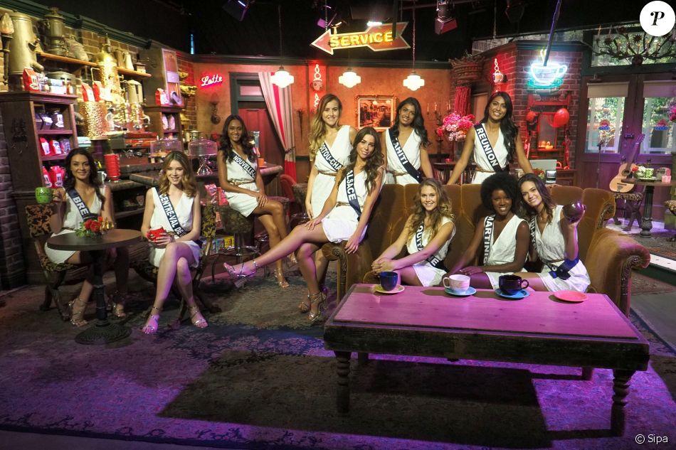 Les prétendantes au titre de Miss France 2018, le 25 novembre 2017 dans les studios Warner Bros de Los angeles. Ici au Central Perk.