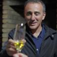 Elie Semoun déguste du vin de glace dans le vignoble de l'Inniskillin dans l'épisode 2 de sa découverte de l'Ontario avec Canada Diem.