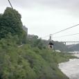 Elie Semoun fait de la tyrolienne dans les chutes du Niagara dans l'épisode 2 de sa découverte de l'Ontario avec Canada Diem.