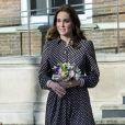 La duchesse Catherine de Cambridge, enceinte de 4 mois et vêtue d'une robe Kate Spade, en visite au Foundling Museum à Londres le 28 novembre 2017, au lendemain de l'annonce des fiançailles du prince Harry et de Meghan Markle.