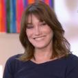 """Carla Bruni redécouvre son passage dans """"Frou-frou"""" en 1994 alors qu'elle est invitée par Catherine Ceylac dans son émission """"Thé ou café"""" sur France 2, le 25 novembre 2017."""