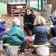 """La duchesse Catherine de Cambridge, enceinte, à l'école primaire Robin Hood à Londres le 29 novembre 2017 pour célébrer les dix ans de la campagne en faveur du jardinage de la """"Royal Horticultural Society""""."""