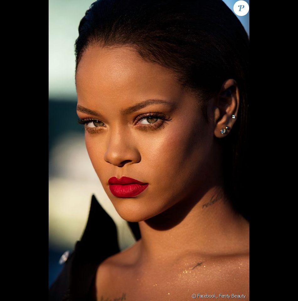 """Rihanna, maquillée du rouge à lèvres """"Stunna"""" de Fenty Beauty. Novembre 2017."""