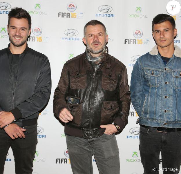 """Eric Naulleau et ses fils - Soirée de lancement du jeu vidéo """"FIFA 2016"""" au Faust à Paris, le 21 septembre 2015."""
