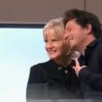 Jean Imbert pose pour un selfie avec Catherine Ceylac dans l'émission Thé ou Café du 2 décembre 2017 sur France 2.