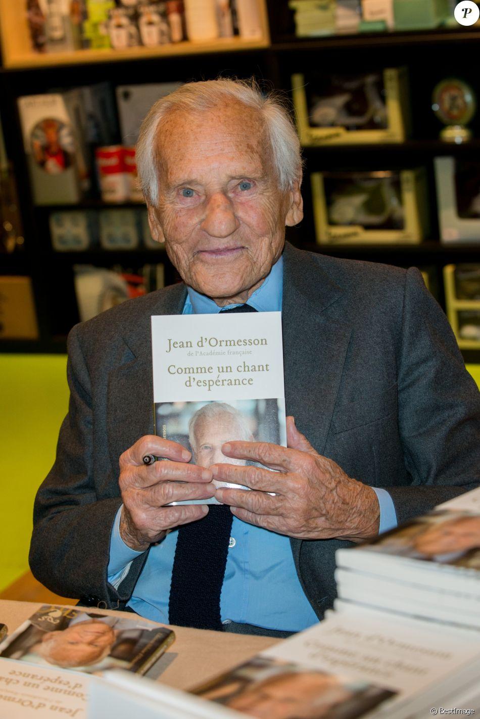 """Exclusif - Jean d'Ormesson était présent à Bruxelles pour la présentation de son nouveau livre """"Comme un chant d'espérance"""". Après une courte intervieuw, il a rencontré de nombreux lecteurs pour des dédicaces. Le 27 novembre 2014, Bruxelles."""