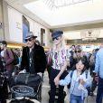 Johnny Hallyday à quitté Los Angeles pour Paris avec sa femme Laeticia, ses filles Jade et Joy, son manager Sébastien Farran, Elyette la grand-mère de sa femme et sa chienne Cheyenne le 29 mai 2017. Le chanteur assurera la tournée des Vieilles Canailles au côté de J. Dutronc et E. Mitchell à partir du 10 juin. Le trio a prévu 17 concerts.