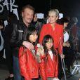 Johnny Hallyday, sa femme Laeticia (en béquilles) et leurs filles Jade et Joy au vernissage de l'exposition du photographe Mathieu Cesar à Los Angeles.
