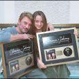 """Exclusif - Johnny Hallyday et Clémence posent avec leur disque d'or pour la chanson """"On a tous besoin d'amour"""" le 23 septembre 2002."""