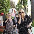 Molly Sims - Jessica Alba, enceinte, couverte de fleurs et de cadeaux par ses amies lors de sa baby shower chez Ladurée à Beverly Hills, le 9 décembre 2017.