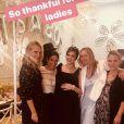 Jessica Alba pose avec Molly Sims et ses amies lors de sa baby shower chez Ladurée à Los Angeles, le 9 décembre 2017.