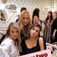 Jessica Alba pose avec RAchel Zoe et des amies lors de sa baby shower chez Ladurée à Los Angeles, le 9 décembre 2017.