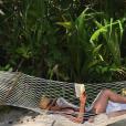 Elsa Zylberstein détendue en vacances.