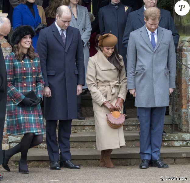 Kate Middleton, enceinte, le prince William, Meghan Markle et le prince Harry faisant la révérence à la reine Elizabeth II au moment de son départ avec le duc d'Edimbourg suite à la messe de Noël en l'église Sainte-Marie-Madeleine le 25 décembre 2017 à Sandringham.