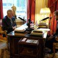 Le prince Harry enregistrant une interview de son père le prince Charles pour sa mission de rédacteur en chef invité de la matinale Today sur BBC Radio 4 le 27 décembre 2017.
