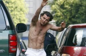 Gavin Rossdale, mari de Gwen Stefani, tourne son nouveau clip... à moitié nu avec leur bébé Kingston !