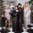 Kim (et sa fille North), Kourtney (et sa fille Penelope), Khloé Kardashian, Kendall et Kris Jenner prennent la pose pour Noël. Décembre 2017.