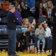 Jennifer Lopez assiste au match des Lakers avec ses enfants Maximilian et Emme et son compagnon Alex Rodriguez, également accompagné de ses enfants Natasha et Ella, à Los Angeles le 5 janvier 2018.