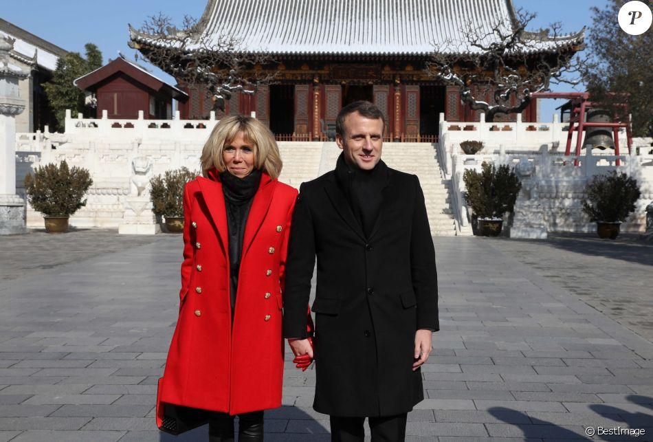 Le président de la République française Emmanuel Macron et sa femme la Première dame Brigitte Macron (Trogneux) visitent la Grande pagode de l'oie sauvage de Xi'an lors lors de la visite d'Etat de trois jours en Chine, à Xi'an, province de Shaanxi, le 8 janvier 2018. © Dominique Jacovides/Bestimage