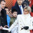 Le président de la République Emmanuel Macron et sa femme la Première dame Brigitte Macron (Trogneux) visitent la Cité interdite avec des élèves de l'établissement français Charles de Gaulle de Pékin et d'une école chinoise à Pékin lors de la visite d'Etat de trois jours en Chine, le 9 janvier 2018. © Dominique Jacovides/Bestimage