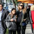 Exclusif - Jessica Alba enceinte et sa fille Honor à Beverly Hills le 26 décembre 2017.