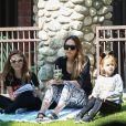 Jessica Alba enceinte et ses enfants Honor et Haven à Beverly Hills, le 1er octobre 2017.
