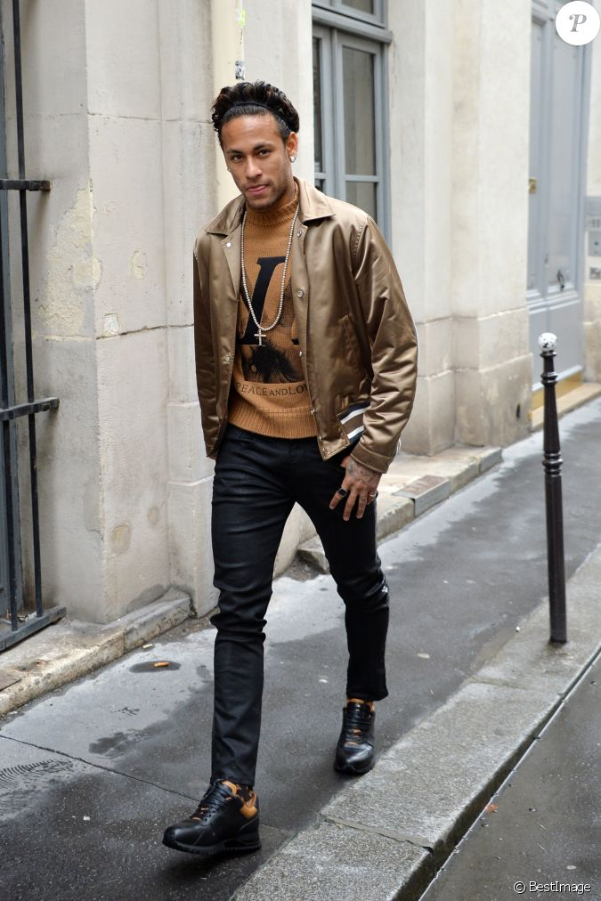neymar jr arriv es du d fil de mode louis vuitton homme automne hiver 2018 2019 au palais. Black Bedroom Furniture Sets. Home Design Ideas