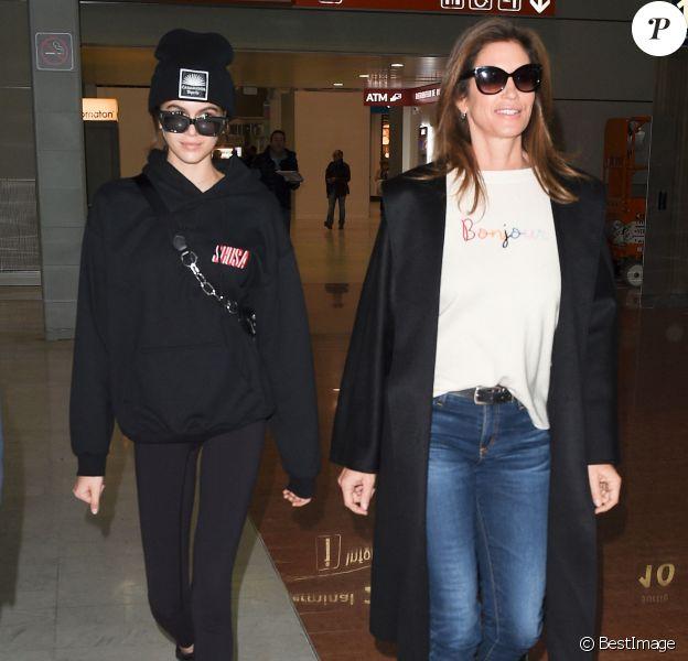 Cindy Crawford et sa fille Kaia Gerber arrivent à l'aéroport de Paris-Charles-de-Gaulle à Paris, le 19 janvier 2018.