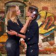"""Shy'm et Camille Lou s'embrassent dans la """"100e de VTEP"""", le 20 janvier 2018 sur TF1."""