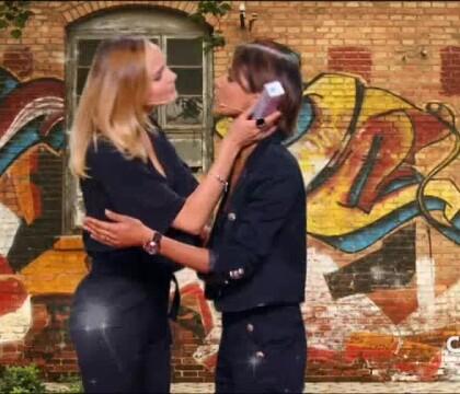 Shy'm et Camille Lou échangent un doux baiser devant Arthur