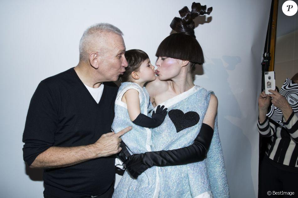 Coco Rocha enceinte et sa fille Ioni défilent pour Jean Paul Gaultier à Paris, le 24 janvier 2018.