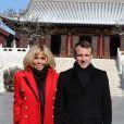 Le président de la République française Emmanuel Macron et sa femme la Première dame Brigitte Macron (Trogneux) (manteau Olivier Rousteing pour Balmain) - Le président de la République française et sa femme la Première dame visitent la Grande pagode de l'oie sauvage de Xi'an lors lors de la visite d'Etat de trois jours en Chine, à Xi'an, province de Shaanxi, Chine, le 8 janvier 2018. © Dominique Jacovides/Bestimage
