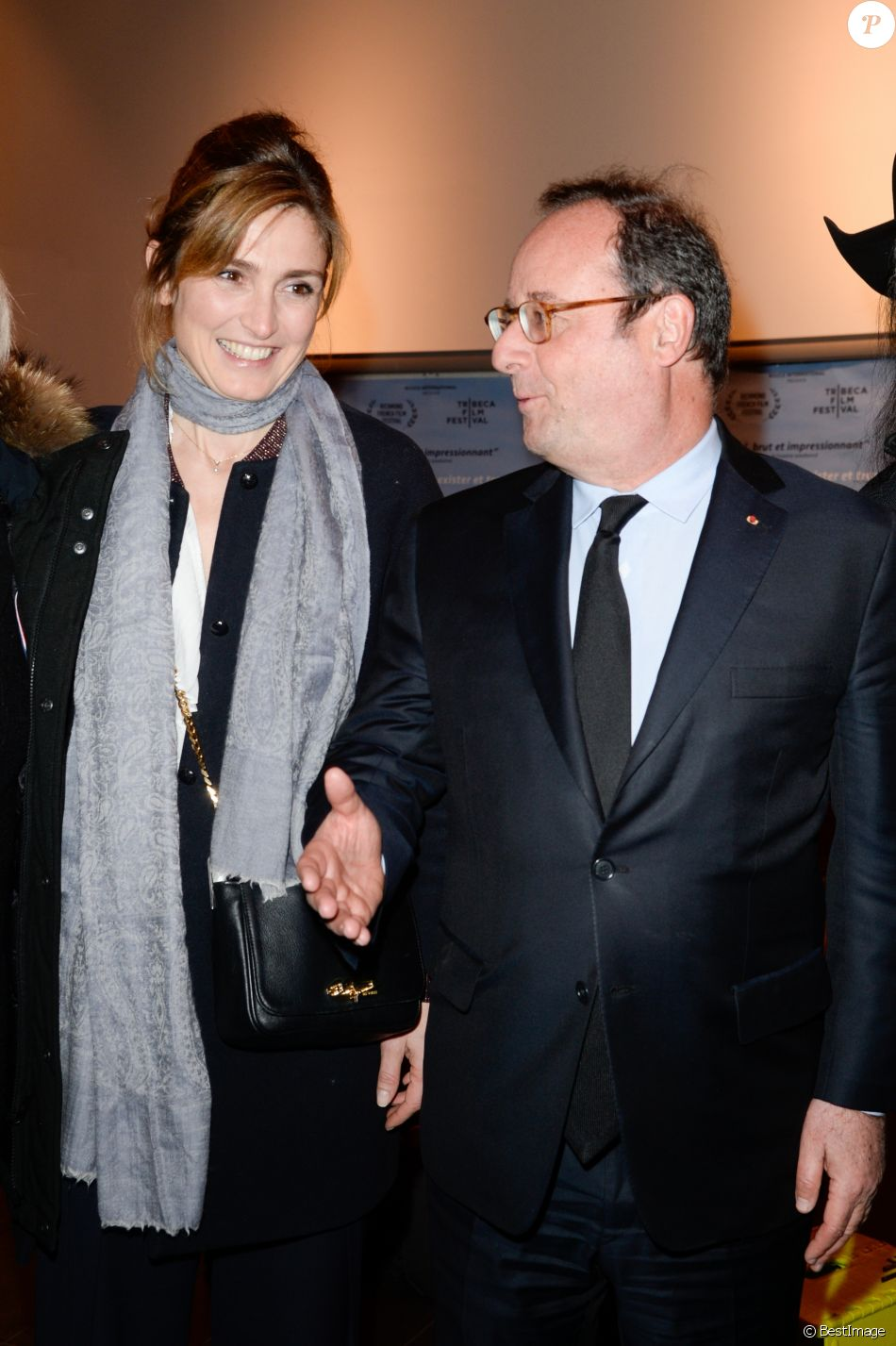 julie gayet et fran ois hollande amoureux rayonnants sur le tapis rouge purepeople. Black Bedroom Furniture Sets. Home Design Ideas