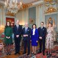 Kate Middleton, enceinte (en robe Catherine Walker), et le prince William, duc et duchesse de Cambridge, ont été accueillis par la famille royale de Suède au palais royale Drottningholm à Stockholm le 30 janvier 2018 au premier jour de leur visite officielle en Scandinavie. La princesse héritière Victoria de Suède et le prince Daniel se joignaient au roi Carl XVI Gustaf et à la reine Silvia pour leur souhaiter la bienvenue et déjeuner avec eux.