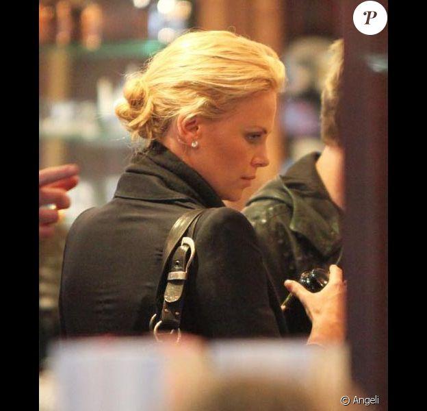 Charlize Theron à Paris le 6 mars 2009 à Paris dans la boutique Mariage Frères