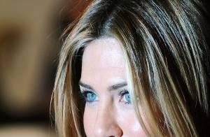 Quand la jolie Jennifer Aniston... se traîne un gros boulet ! Regardez la vidéo !!!