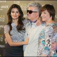 """La belle Penélope Cruz, Pedro Almodovar et Blanca Portillo, lors de la présentation des """"Etreintes brisées"""", le nouveau film de Pedro Almodovar, le 16 mars 2009, à Barcelone."""