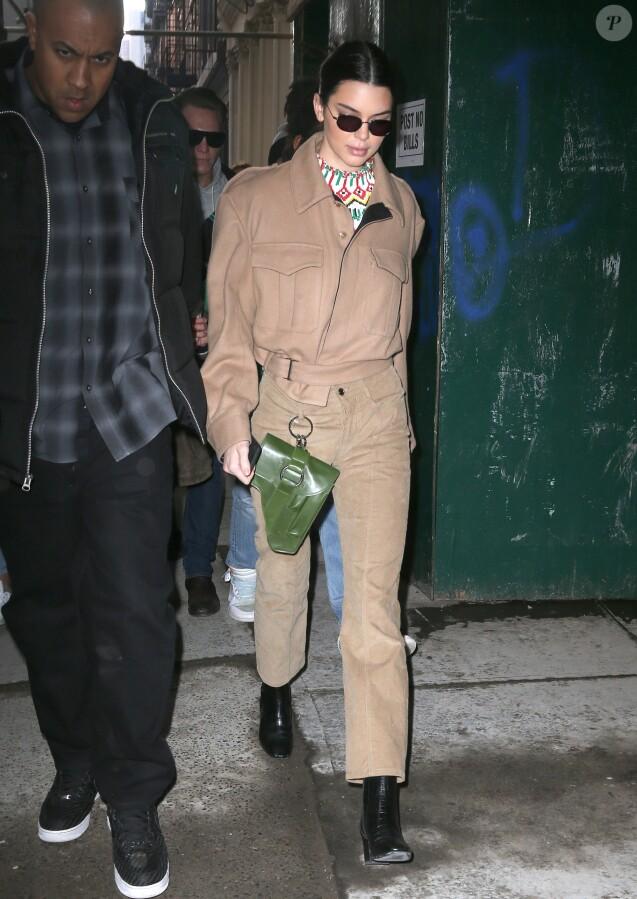 Kendall Jenner de sortie à Manhattan, porte une veste, un pantalon et une pochette en cuir Private Policy (collection automne-hiver 2018). New York, le 8 février 2018.