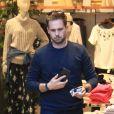 Exclusif - Patrick J. Adams fait du shopping au Grove à Los Angeles, Californie, Etats-Unis, le 5 décembre 2016.